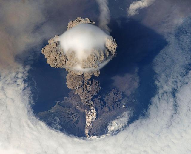 volcanic-eruption-67668_640